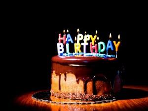 """Postal: Tarta de cumpleaños con velas de """"Happy Birthday"""""""