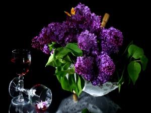 Hermosas lilas en un centro de mesa
