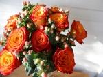 Un bonito ramo de rosas naranjas