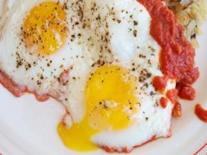 Postal: Huevos fritos con pimienta y salsa de tomate