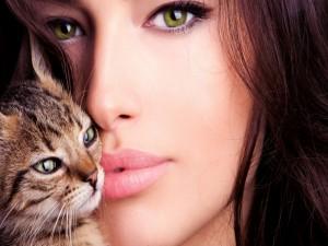 El rostro de una mujer hermosa con un lindo gatito