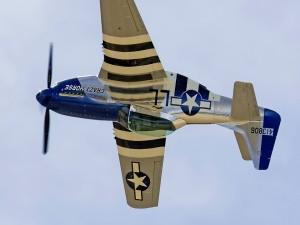 Postal: Vuelo invertido de un P-51