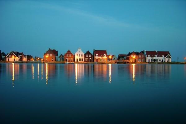 Casas a orillas del lago