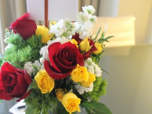 Un bonito ramo con flores blancas, rosas rojas y amarillas