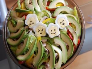 Una original y divertida ensalada con huevitos flor