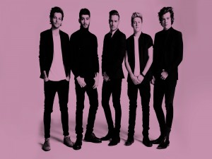 One Direction en fondo rosa
