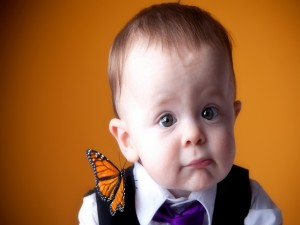 Postal: Mariposa sobre un elegante bebé
