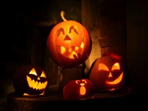 Calabazas grandes y pequeñas iluminadas en Halloween