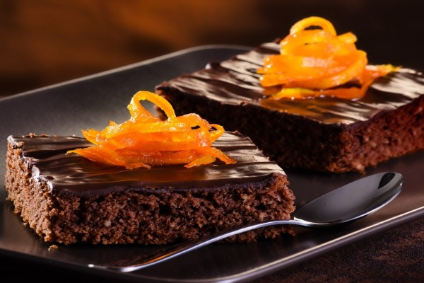 Pasteles de chocolate decorados con cáscara de naranja