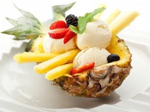 Frutas frescas y helado dentro de media piña