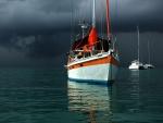 Embarcaciones bajo un cielo tormentoso