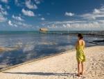 Mujer contemplando el mar