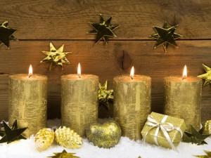 Velas y adornos para los días festivos de Navidad