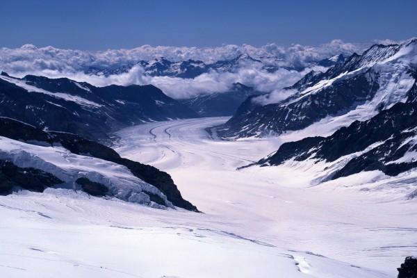 Un glaciar entre grandes montañas