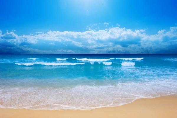 Una bonita playa en pleno día