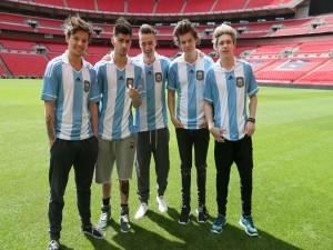 """Los chicos de """"One Direction"""" con la camiseta de la Selección Argentina"""