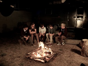 """Los chicos de """"One Direction"""" cantando junto a una hoguera"""