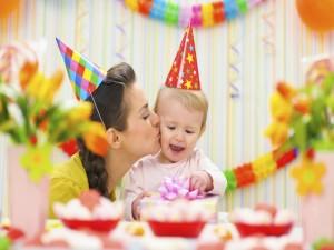 Postal: Una madre besando a su bebé en la fiesta cumpleaños