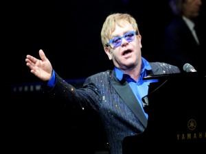 Postal: Elton John al piano