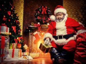Postal: Papá Noel junto al pino y los regalos de Navidad