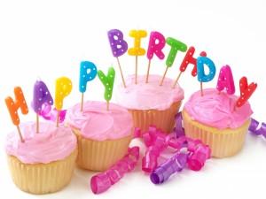 """Postal: Velas de """"Feliz Cumpleaños"""" sobre unos cupcakes"""