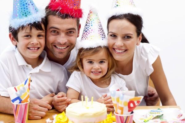 Familia en una fiesta de cumpleaños