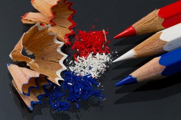 Sacando punta a tres lapiceros de diferente color