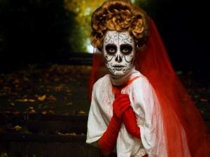 """Postal: Mujer maquillada y disfrazada en el """"Día de Muertos"""""""