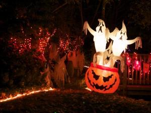Postal: Fantasmas saliendo de una calabaza en Halloween