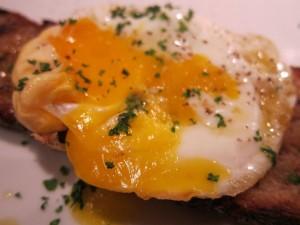 Perejil sobe un huevo frito
