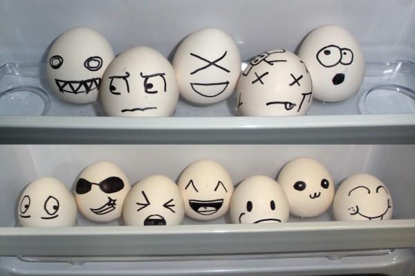 Huevos chistosos en la nevera