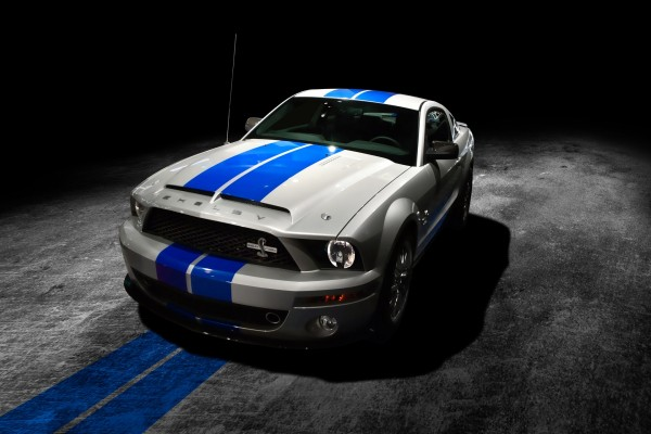 Ford Mustang blanco y azul