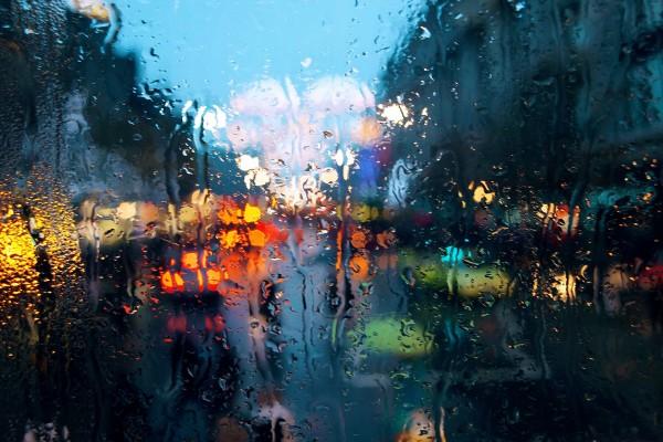 Cristal cubierto de agua de lluvia