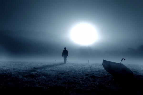 Hombre caminando hacia la luna