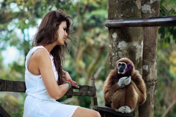 Una joven y un mono