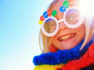 Postal: Una niña feliz festejando su cumpleaños