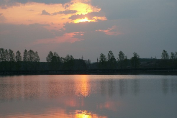 El sol tras las nubes al atardecer