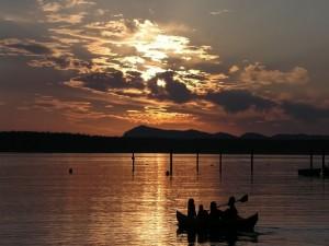 Paseo en canoa al atardecer en el lago