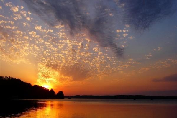 Pequeñas nubes junto al sol al final del día
