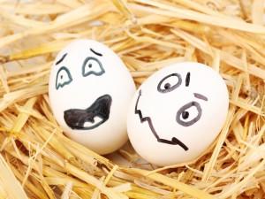 Postal: Dos huevos asustados