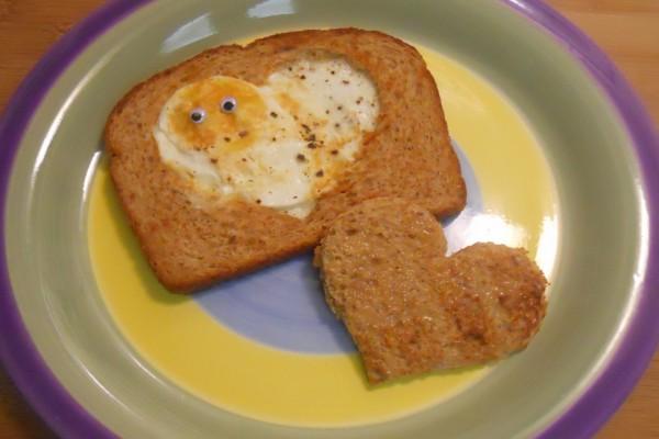 Tostada con huevo en forma de corazón