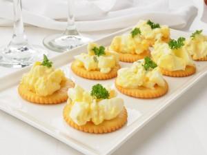 Huevos sobre galletas saladas para un aperitivo