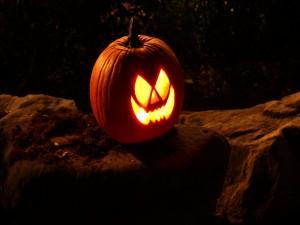Postal: Una calabaza en la noche de Halloween