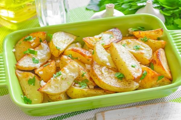 Patatas asadas con ajo y perejil