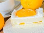 Pastel con nata y gajos de naranja