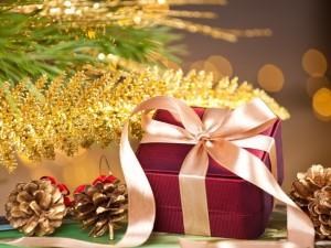 Postal: Regalo junto a un pino navideño