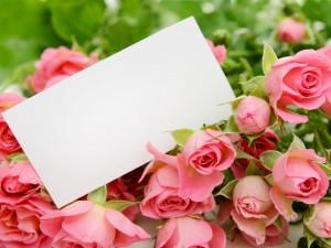 Ramo de rosas con una tarjeta