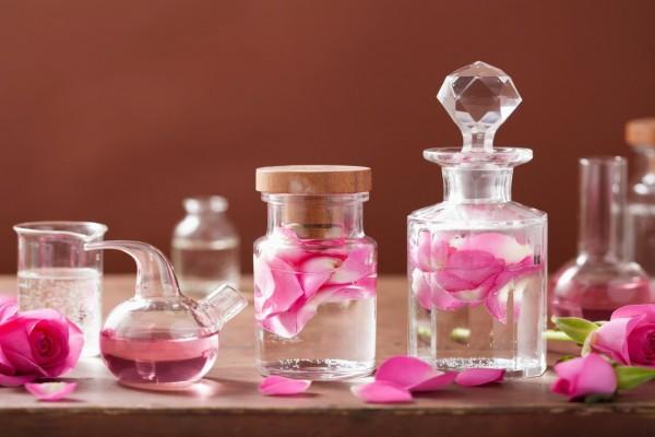 Recipientes con perfume de pétalos de rosa