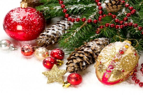 Adornos junto a un árbol de Navidad