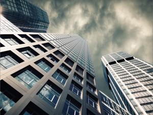 Edificios y el cielo vistos desde abajo